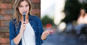 Het mooie vrouw zingen op de straat Stock Afbeelding