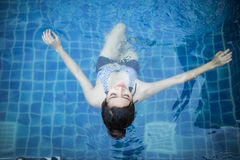 Het mooie vrouw zwemmen Royalty-vrije Stock Afbeeldingen