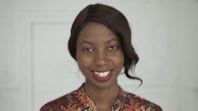 Het mooie vrouwelijke Afrikaanse Amerikaanse universitaire studentenportret, gelukkige lachende vrouw, sluit omhoog glimlach met  Royalty-vrije Stock Fotografie