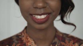 Het mooie vrouwelijke Afrikaanse Amerikaanse universitaire studentenportret, gelukkige lachende vrouw, sluit omhoog glimlach met  Royalty-vrije Stock Afbeelding