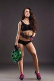 Het mooie vrouwelijke atleet stellen met gewichtsschijf Stock Afbeelding