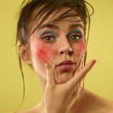 Het mooie vrouwelijke gezicht met perfecte huid en helder maakt omhoog royalty-vrije stock afbeelding