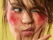 Het mooie vrouwelijke gezicht met perfecte huid en helder maakt omhoog stock foto