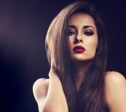 Het mooie vrouwelijke model van de make-upglamour met rode lippenstift en lang Royalty-vrije Stock Afbeeldingen