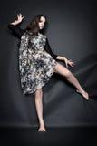 Het mooie vrouwen iwith stadium maakt omhoog het dansen in studio Stock Foto
