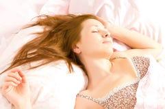 Het mooie vrouwen liggen en slaap Stock Fotografie