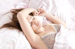 Het mooie vrouwen liggen en slaap Royalty-vrije Stock Foto's