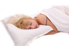 Het mooie vrouwen liggen en slaap Stock Foto