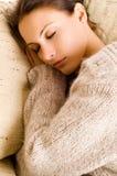Het mooie vrouwen liggen en slaap Royalty-vrije Stock Fotografie