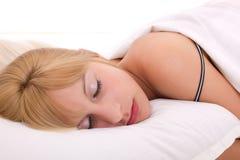 Het mooie vrouwen liggen en slaap op het bed royalty-vrije stock foto's