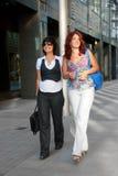 Het mooie vrouwen lopen Stock Foto
