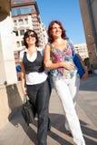 Het mooie vrouwen lopen Stock Afbeeldingen