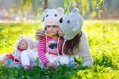 Het mooie vrouwenmamma met een kind loopt in het park in de zomer Stock Fotografie