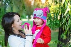 Het mooie vrouwenmamma met een kind loopt in het park in de zomer Royalty-vrije Stock Afbeelding