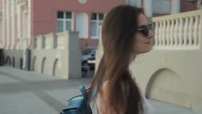 Het mooie wijfje is het stellen, zich bevindt op stadsstraat in de zomermiddag stock video