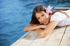 Het mooie wijfje van de zomer met bloem in haar haar Stock Afbeeldingen