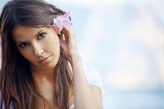 Het mooie wijfje van de zomer met bloem in haar haar Royalty-vrije Stock Foto