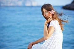 Het mooie wijfje van de zomer met bloem in haar haar Stock Afbeelding