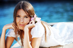 Het mooie wijfje van de zomer met bloem in haar haar Royalty-vrije Stock Afbeeldingen