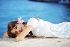 Het mooie wijfje van de zomer met bloem in haar haar Stock Fotografie