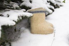Het mooie wit verfraaide Rus voelde laarzen genoemd valenki in a Stock Afbeelding