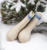 Het mooie wit verfraaide Rus voelde laarzen genoemd valenki in a Royalty-vrije Stock Afbeelding