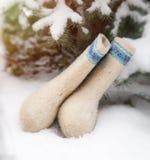 Het mooie wit verfraaide Rus voelde laarzen genoemd valenki in a Royalty-vrije Stock Fotografie