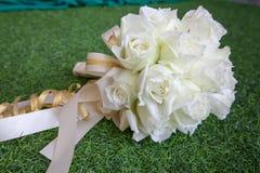 Het mooie witte boeket van huwelijksbloemen op het groene gras Royalty-vrije Stock Afbeeldingen