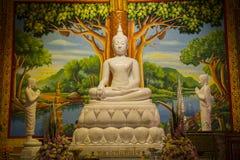 Het mooie Witte Standbeeld van Rotsboedha Royalty-vrije Stock Afbeelding