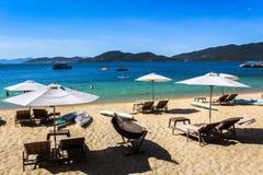 Het mooie, witte zandige strand bij Hon Tam-eiland in de baai van Nha Trang, de stad van Nha Trang, Khanh Hoa-provincie, Vietnam stock foto's