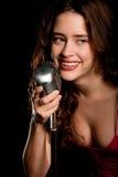 Het mooie zanger zingen met microfoon royalty-vrije stock fotografie
