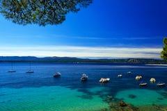 Het mooie zeegezicht op Adriatische baai met jachten en Zlatni-rat is Royalty-vrije Stock Fotografie