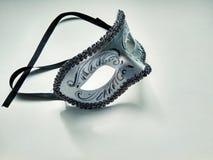 Het mooie zilveren masker van Carnaval met patronen op witte achtergrond stock afbeeldingen