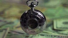 Het mooie zilveren zakhorloge, geld koopt geen tijd Economie en financiën stock footage
