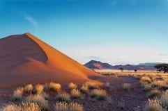 Het mooie zonsondergangduin en de aard van Namib verlaten Royalty-vrije Stock Foto's