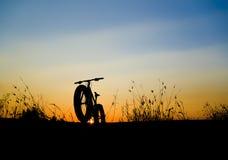 Het mooie zonsonderganghemel en silhouet van de Bergfiets Royalty-vrije Stock Afbeelding