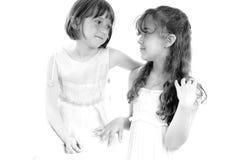 Het mooie zusters en vrienden stellen Stock Afbeeldingen