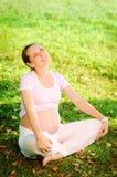 Het mooie zwangere vrouw ontspannen in het park Stock Afbeeldingen