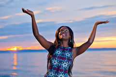 Het mooie zwarte Afrikaanse Amerikaanse vrouw stellen op het strand bij su Royalty-vrije Stock Fotografie