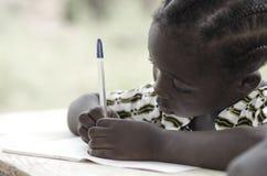Het mooie zwarte meisje schrijven en het leren activiteit met blauw p stock afbeelding