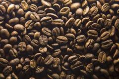 Het morsen van koffiebonen Stock Afbeeldingen