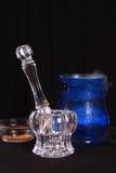Het mortier van het kristal en stamper en kruiden Stock Afbeeldingen