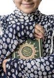 Het moslim Heilige Boek van Meisjeshuging van Quran stock foto's