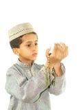 Het moslim jongen bidden Stock Foto