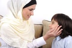 Het moslim moeder en zoons ontspannen royalty-vrije stock fotografie