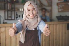 Het moslimconcept die van de vrouwenondernemer duim tonen stock afbeelding
