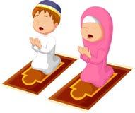 Het moslimjong geitjebeeldverhaal bidden stock illustratie