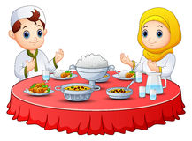 Het moslimjonge geitje bidt samen vóór onderbreking het vasten vector illustratie