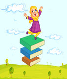 Het moslimmeisje spelen met boek Stock Fotografie