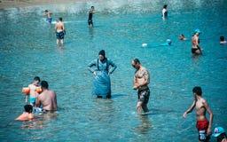 Het moslimvrouw nemen zwemt in het overzeese die hoogtepunt met kleren wordt behandeld royalty-vrije stock afbeelding